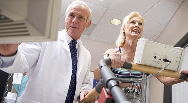 Cirujano Cardiovascular revisando una prueba de esfuerzo